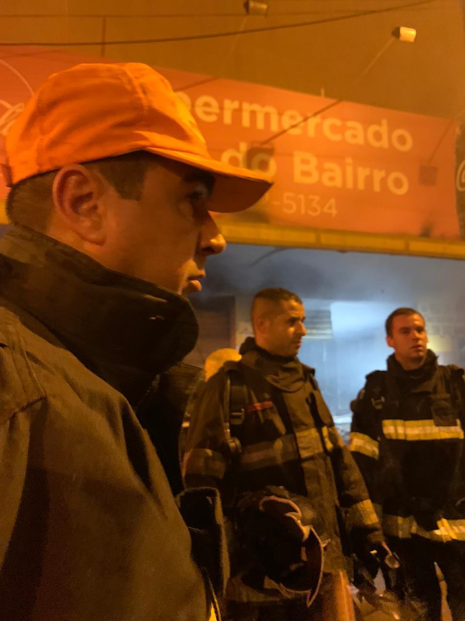 Militares do corpo de bombeiros realizaram o combate as chamas