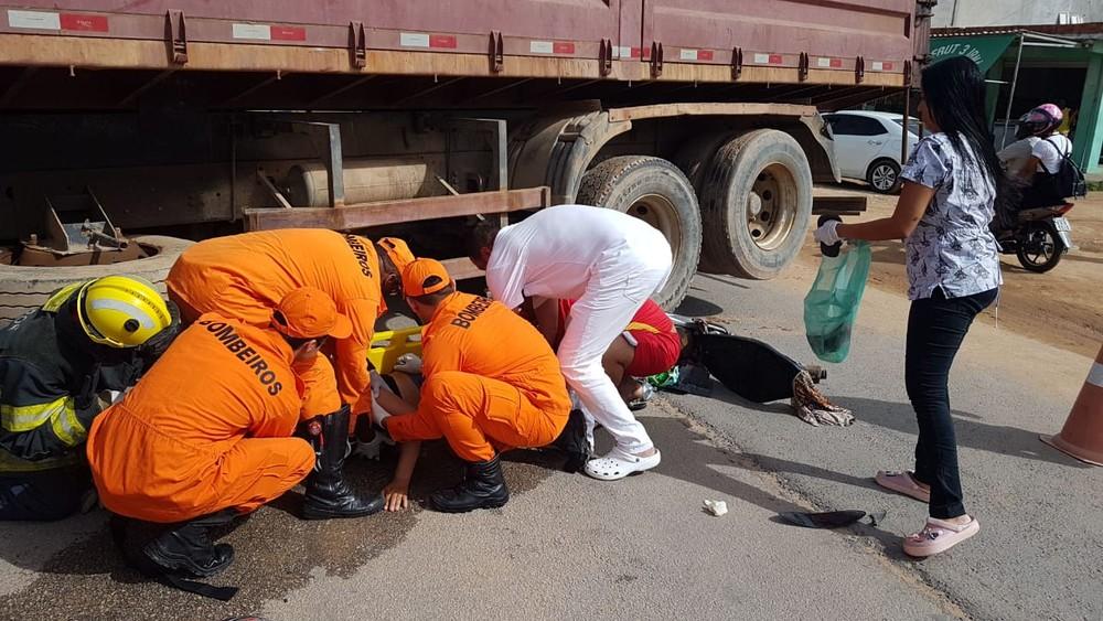 Mulher fica ferida em colisão entre caminhão e motocicleta.