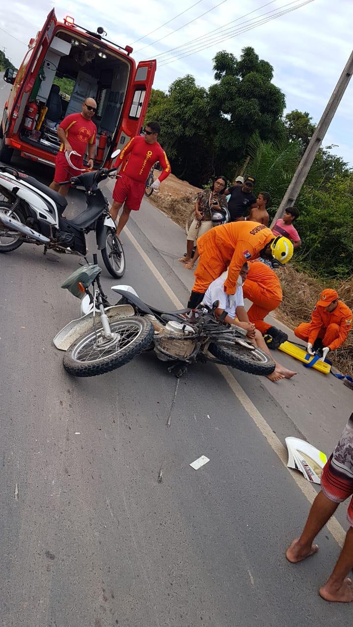 Colisão entre carro e moto deixou motociclista ferido.