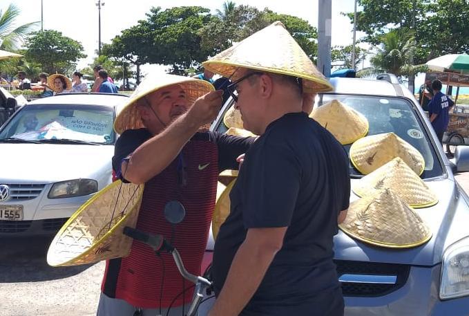 Aposentado, senhor Fred aproveitou o calor de Maceió para vender chapeis e fazer uma renda extra no carnaval.