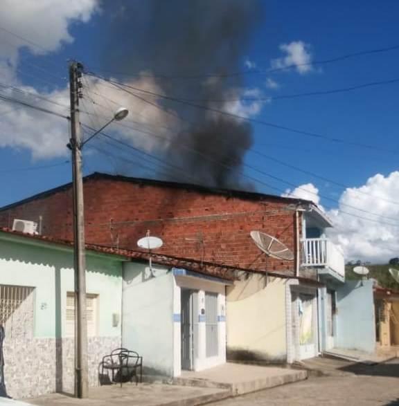 Populares e vizinhos conseguiram conter o incêndio.