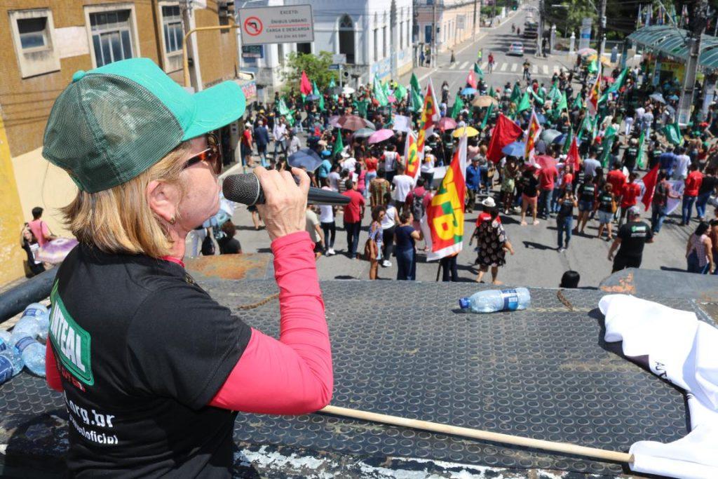 Manifestação contra cortes na educação
