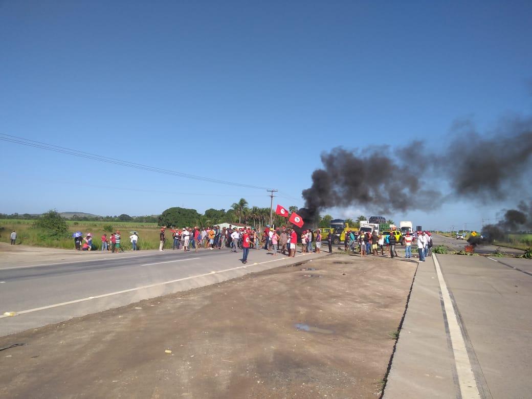 Manifestantes bloqueiam BR 101 em Junqueiro