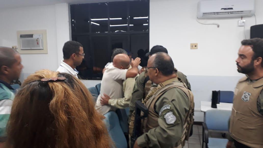 Réu abraça o pai após leitura da sentença.
