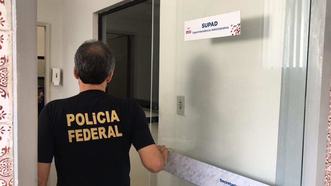 PF e fiscais da CGU cumprem mandados de busca e apreensão na Sesau em Maceió
