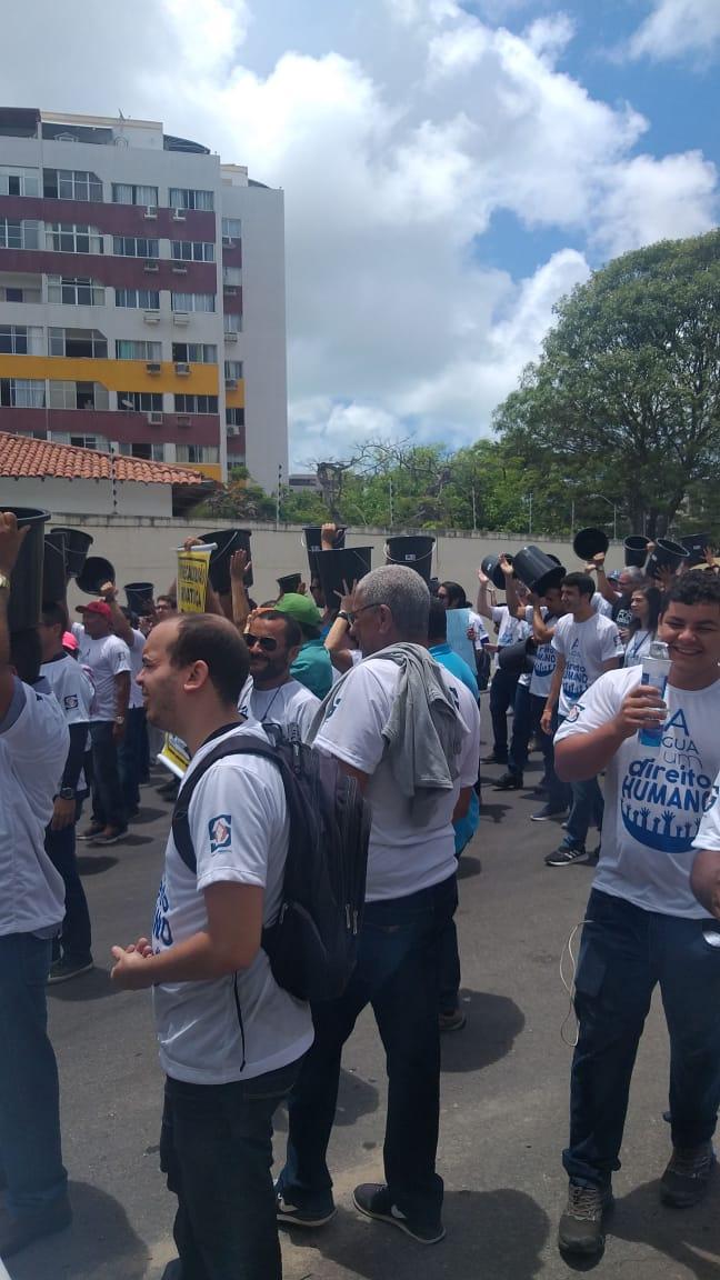Contra privatização da Casal, servidores realizam protesto em Maceió