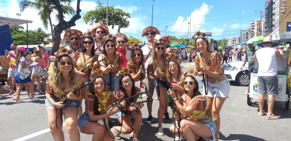 Grupo de amigas viaja pelo Brasil desde 2012 levando o nome do cangaço brasileiro em blocos e festas de carnaval.