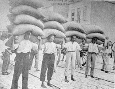 Carregamento de sacas de café no porto de Santos, início séc. XX.