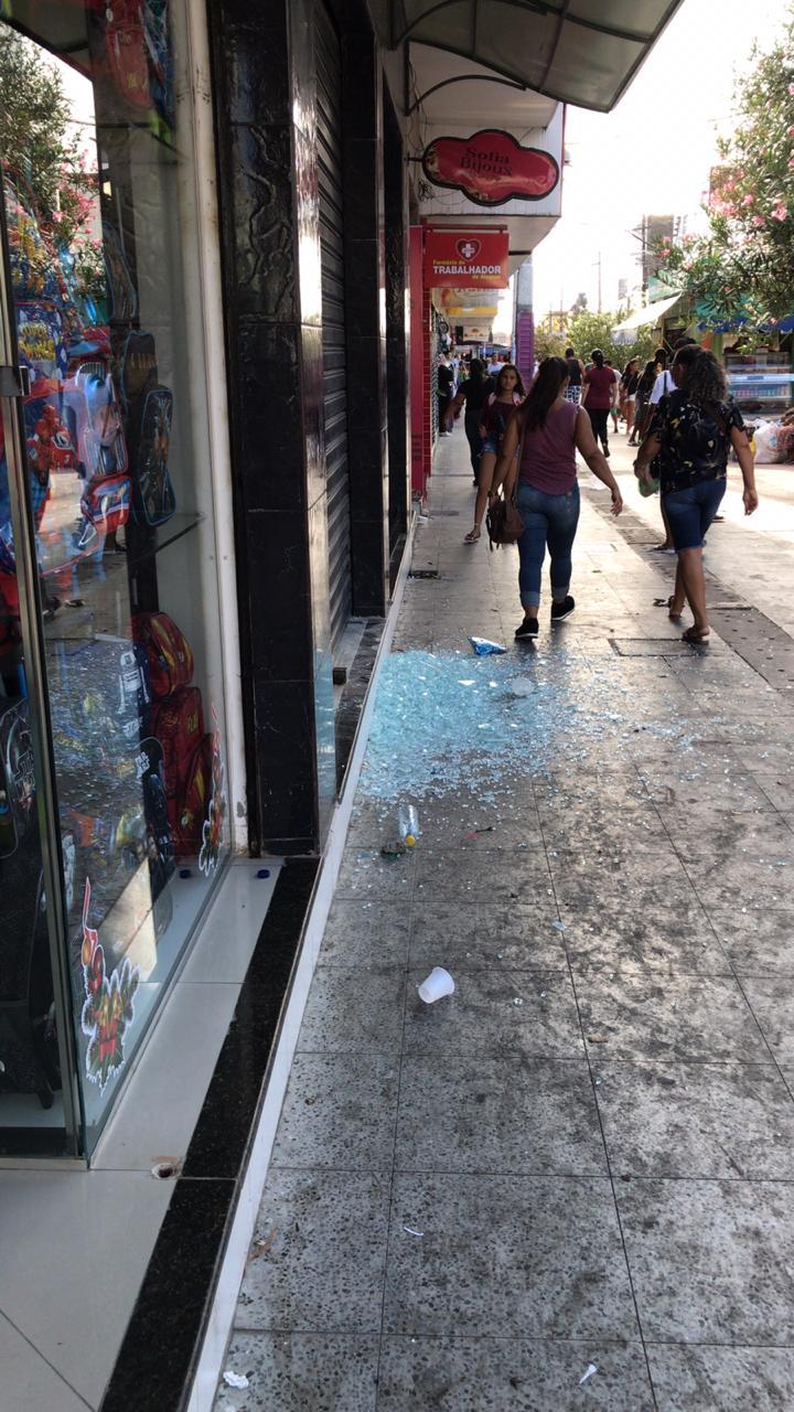 Ambulantes destroem fachada de loja no Centro
