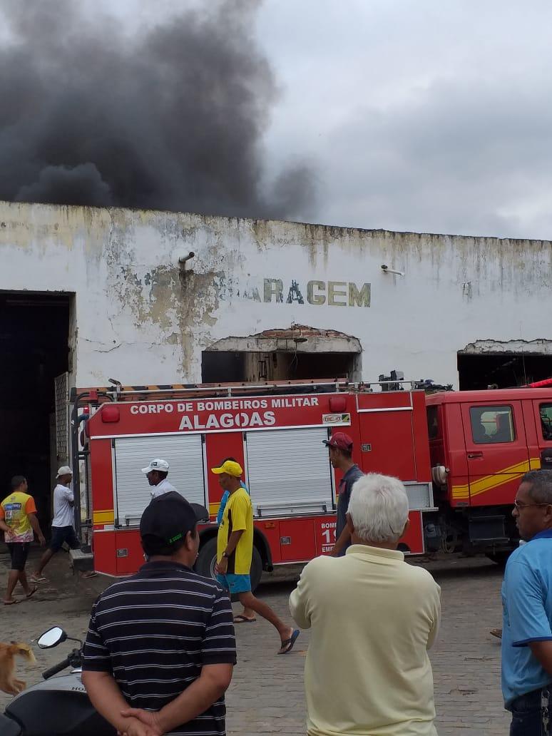 Õnibus escolar foi incendiado na manhã desta quarta-feira (22) na cidade de São José da Laje, Zona da Mata alagoana.
