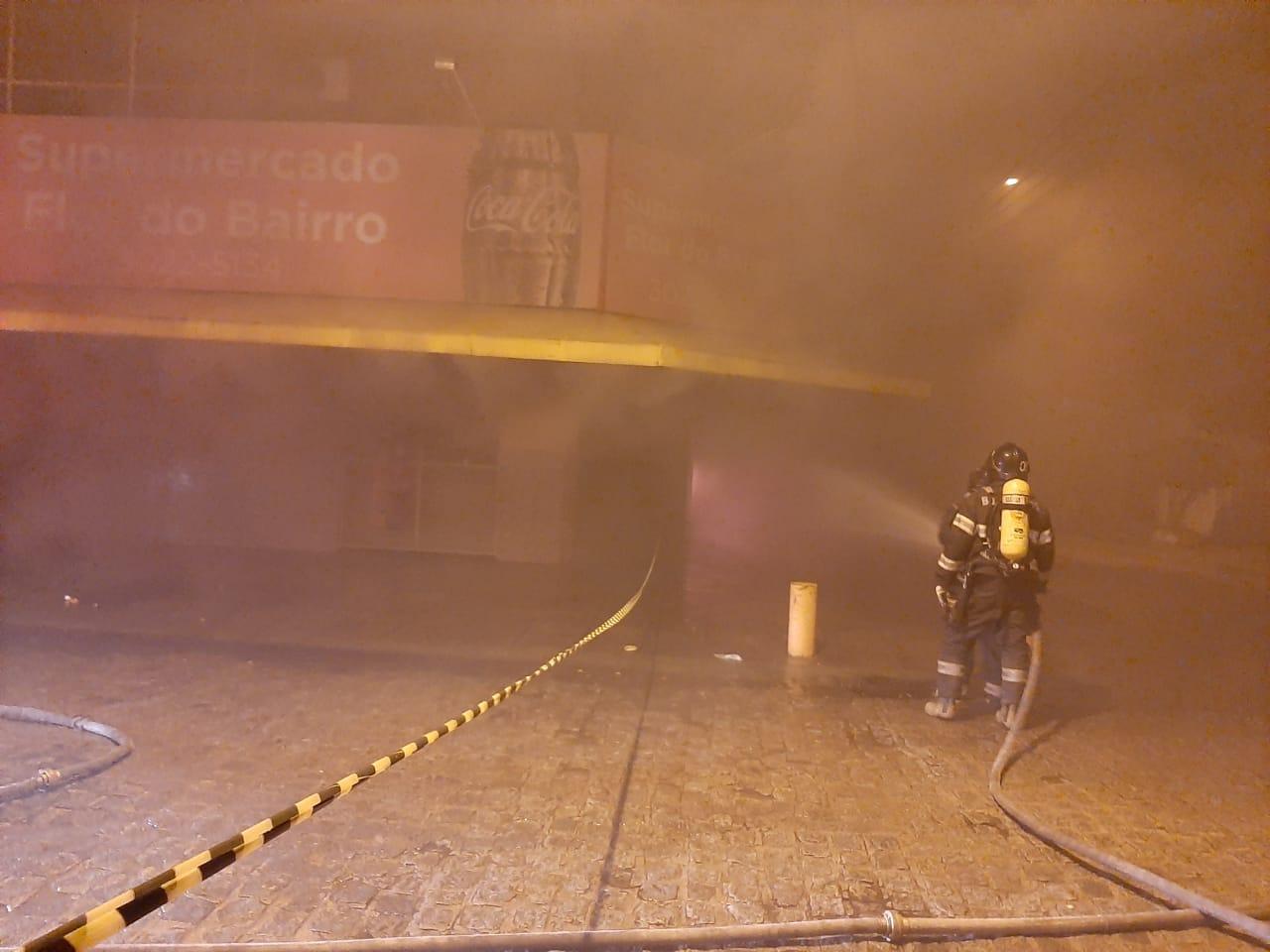 Incêndio destrói parte de supermercado no Prado