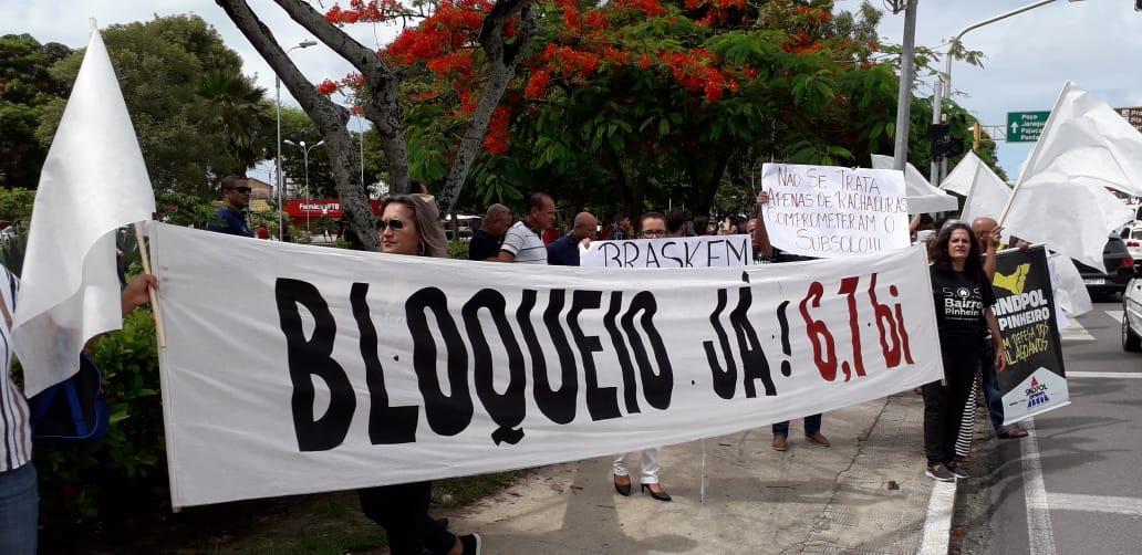 Moradores do Pinheiro, Mutange e Bebedouro realizam protesto