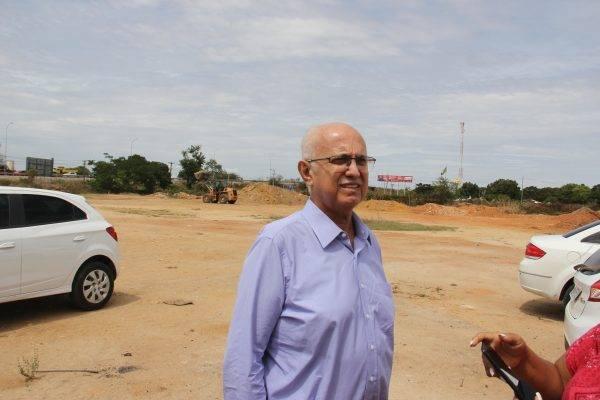 Prefeito Rogério Teófilo em visita ao terreno que será doado pela Gestão Municipal para a construção do HA.