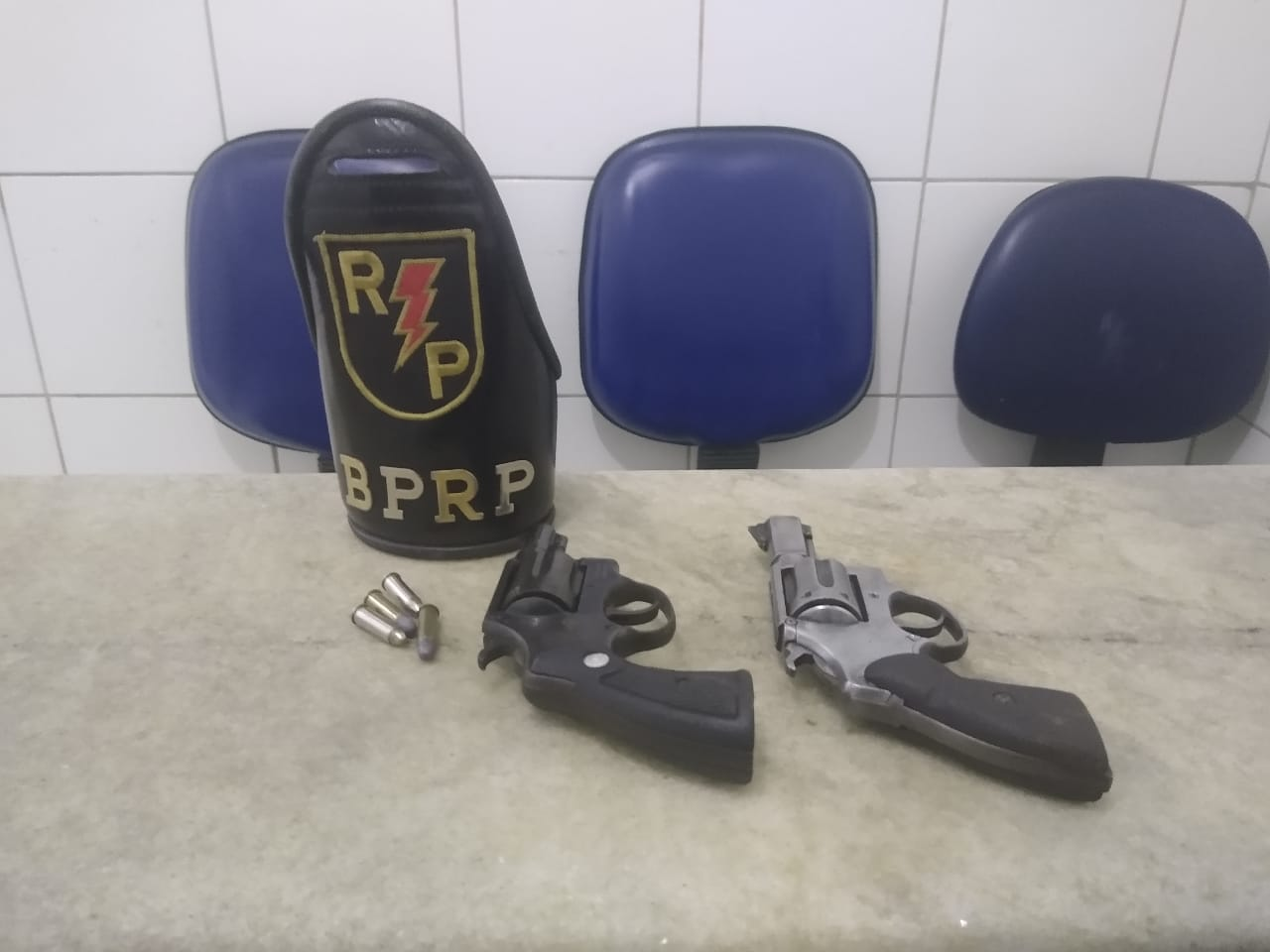Armas foram encontradas após dupla fugir no bairro Mutange.