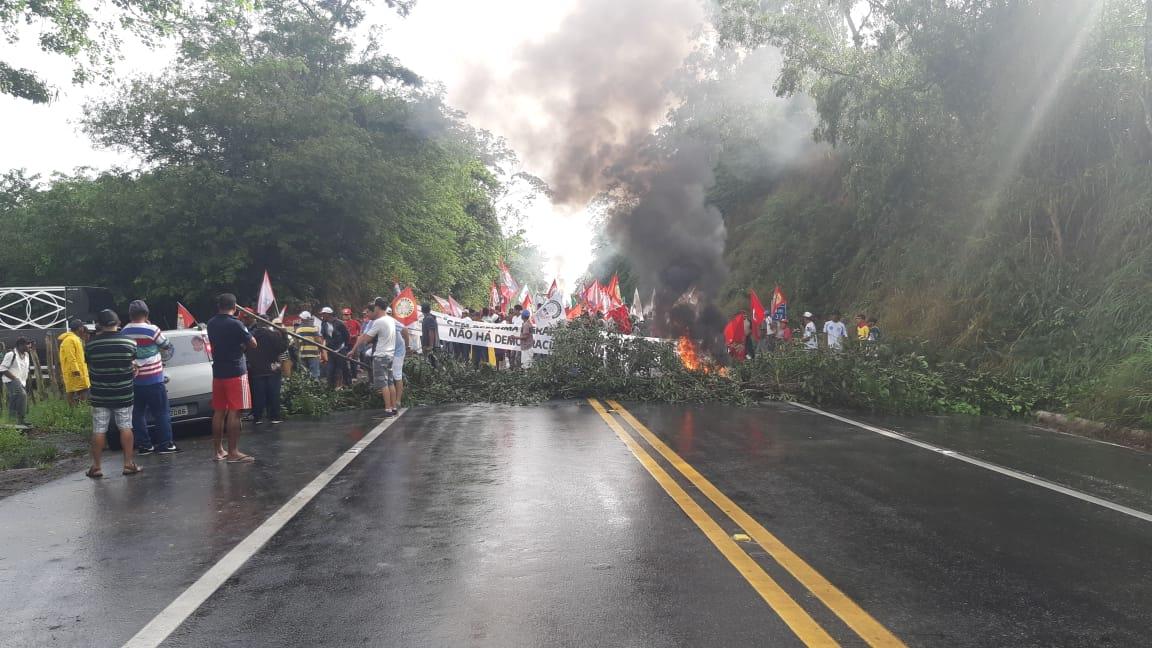 Manifestantes bloqueiam BR 104 em União dos Palmares
