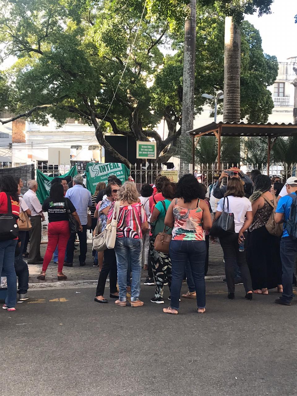 Servidores protestam na porta da ALE