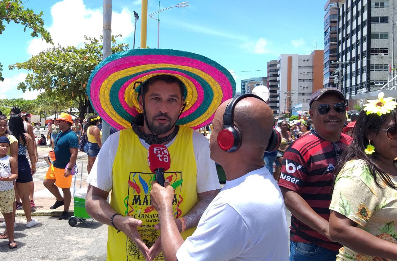 Rodrigo Cunha acompanha desfile do Pinto da Madrugada