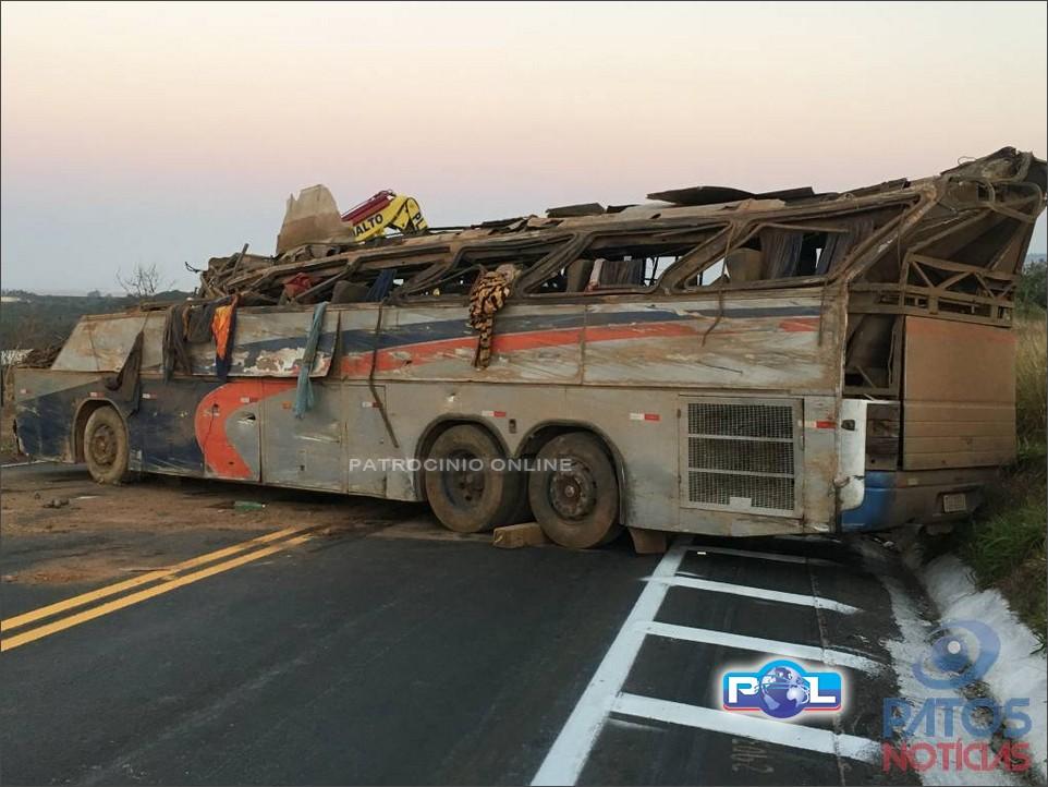 Quatro pessoas morrem após ônibus cair em vala na BR-146