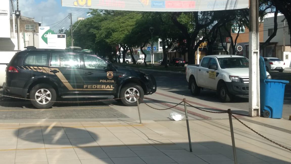 Policiais cumprem mandado em galeria na Amélia Rosa
