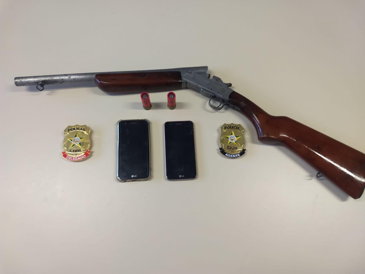 Arma e celulares apreendidos