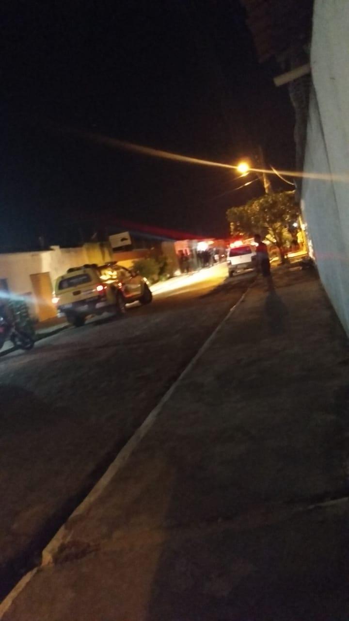Vítima foi socorrida por populares, mas não resistiu aos ferimentos e faleceu após dar entrada no hospital.