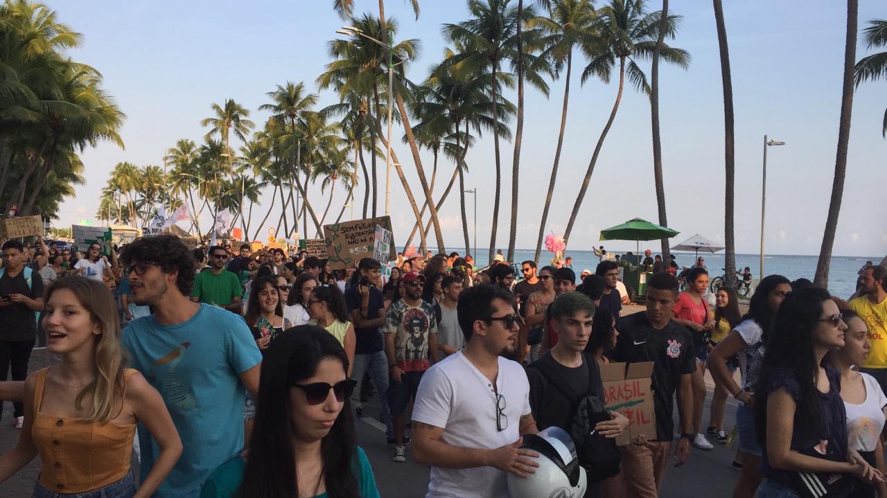 Manifestantes ocupam a orla de Maceió em defesa da Amazônia