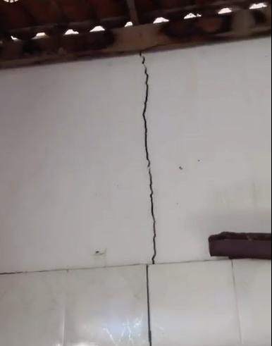 Tremor deixou rachaduras em teto, paredes e chão de residência