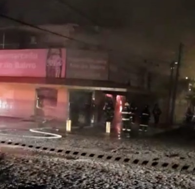 Bombeiros foram acionados para conter incêndio no estabelecimento.