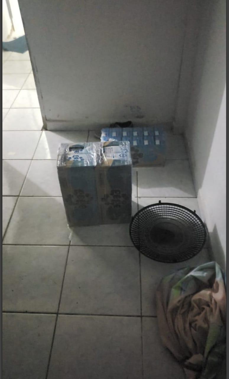 Policiais encontraram droga escondida dentro de caixas de leite.